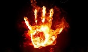 عشرات الأشخاص يقتحمون مركزاً لضرب وحرق رجل قام بتدنيس القرآن