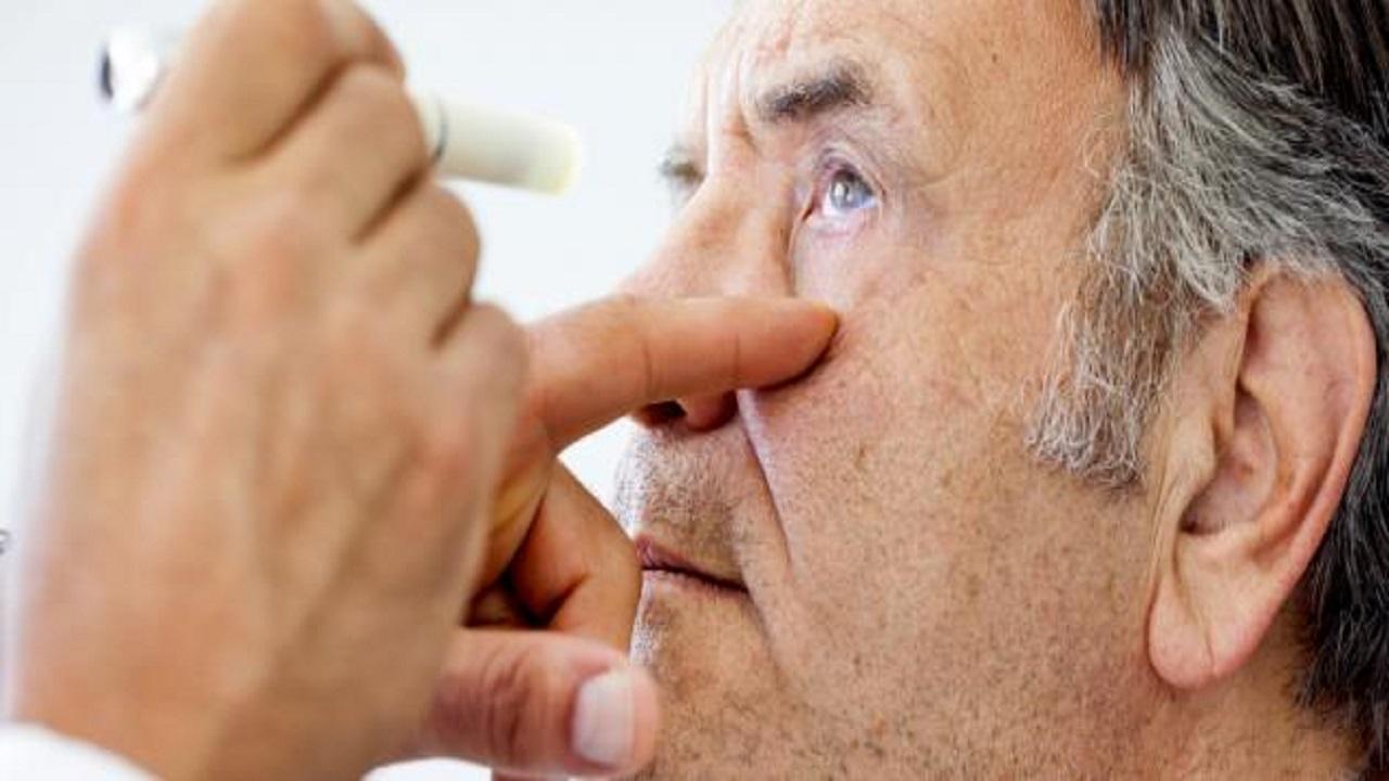 بالفيديو..طبيب مختص يوجه نصيحة هامة للمقبلين على عملية المياه البيضاء للعين
