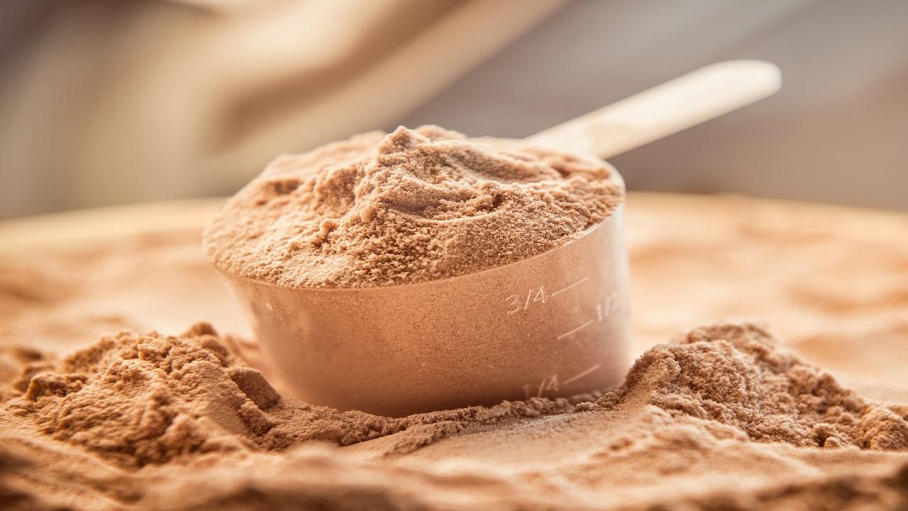 """خبيرة تغذية تنصح بتناول بودرة البروتين: """"توقف هرمونات الجوع"""""""