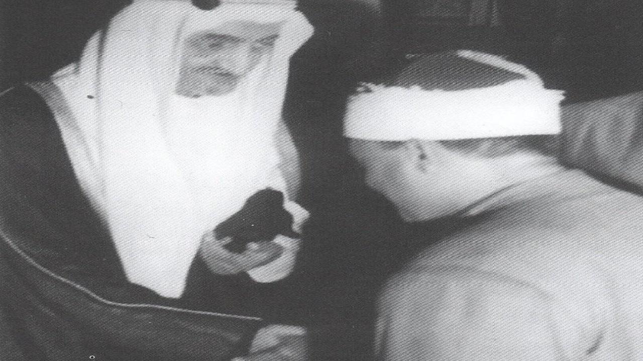 """صورة نادرة للملك فيصل وهو يصافح الشيخ """" عبد الباسط عبد الصمد """""""