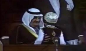 فيديو نادر للملك فهد والأمير سلطان يتابعان مسرحية لطلاب قبل 39 عاماً