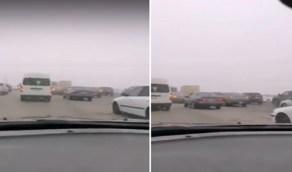 بالفيديو.. أجواء ضبابية تشهدها طرق الدمام
