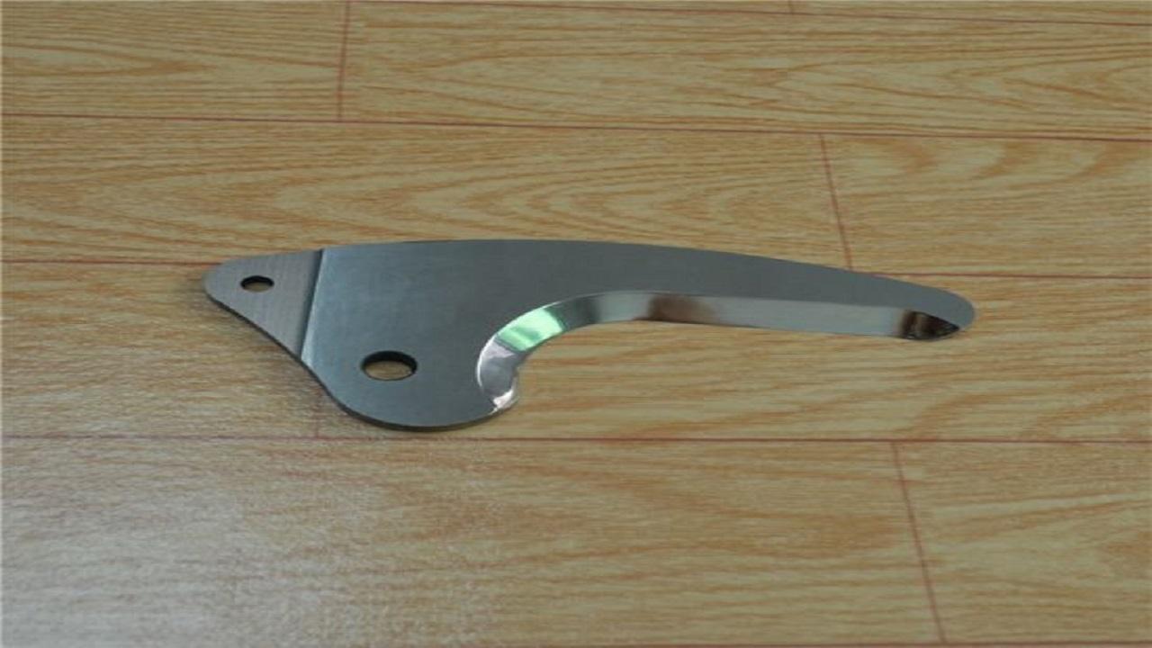 بالفيديو.. رجل يضع شفرات مكسورة لسكين وشظايا معدنية في علب طعام الأطفال
