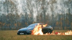 بالفيديو.. شاب يحرق سيارته المرسيدس بعبوة بنزين