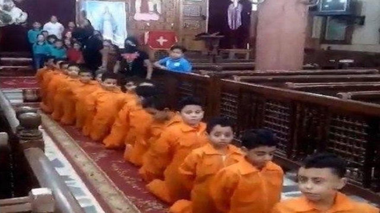 مشاهد صادمة لأطفال داخل كنيسة مصرية يمثلون لحظة ذبح الأقباط على يد داعش