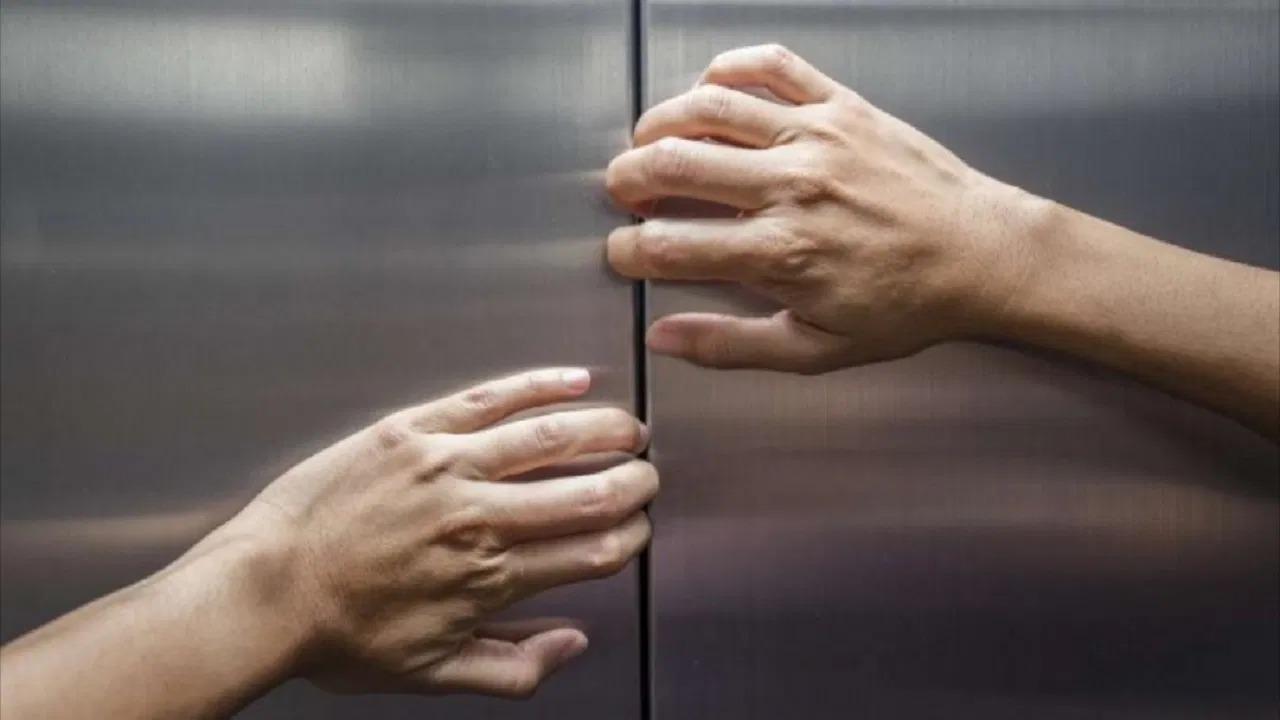شاب يتحرش بفتاة بعدما رفضت الزواج منه داخل مصعد