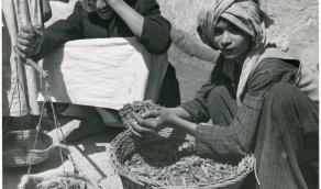 صورة نادرة لشباب يبيعون الجراد ويزنونه في سوق الظهران