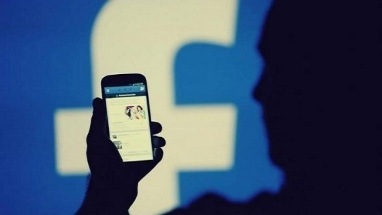 رجل يسرق حساب زوجته على فيسبوك ويوزع صورها الحميمية