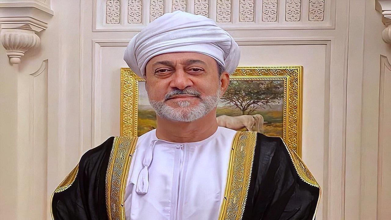بالفيديو.. سبب ارتداء السلطان هيثم بن طارق للعمامة البيضاء في عزاء أمير الكويت