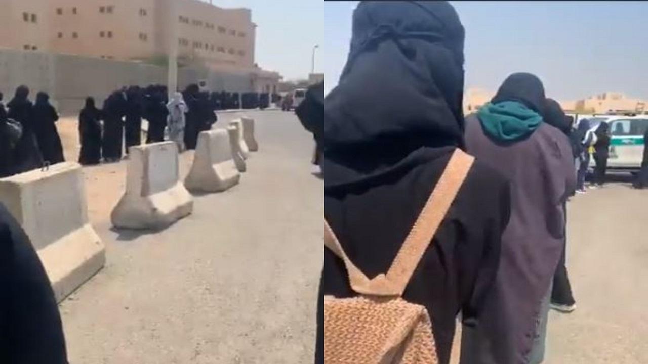 شاهد.. سر تكدس الطلاب أمام بوابات جامعة المؤسس  بجدة