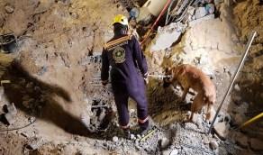 بالصور..انتشال جثمان مقيم من تحت أنقاض موقف برج الخبر