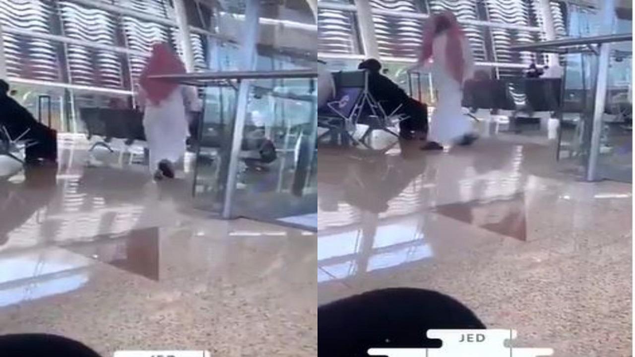 شاهد.. رجل بالزي السعودي من مطار جدة يردد: «أنا الله الذي لا إله إلا هو»