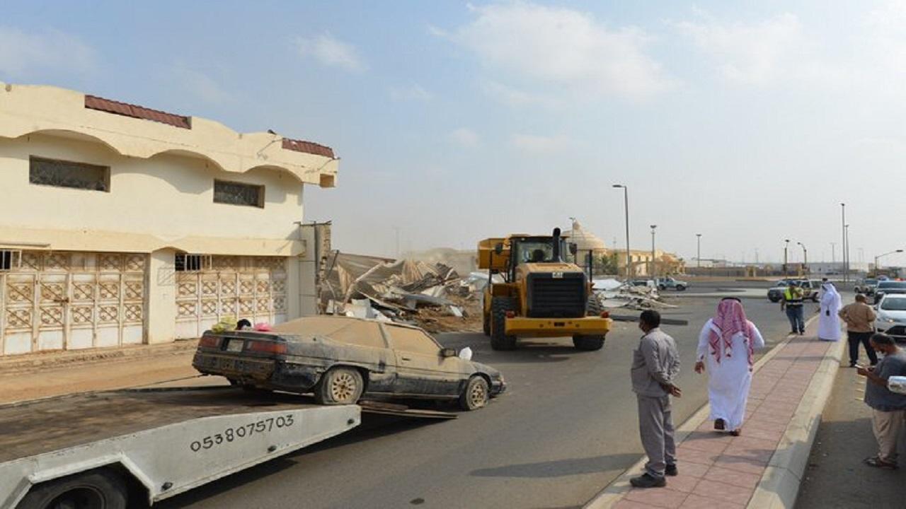 بالصور.. إزالة بعض المباني الآيلة للسقوط بحي النزهة في جدة