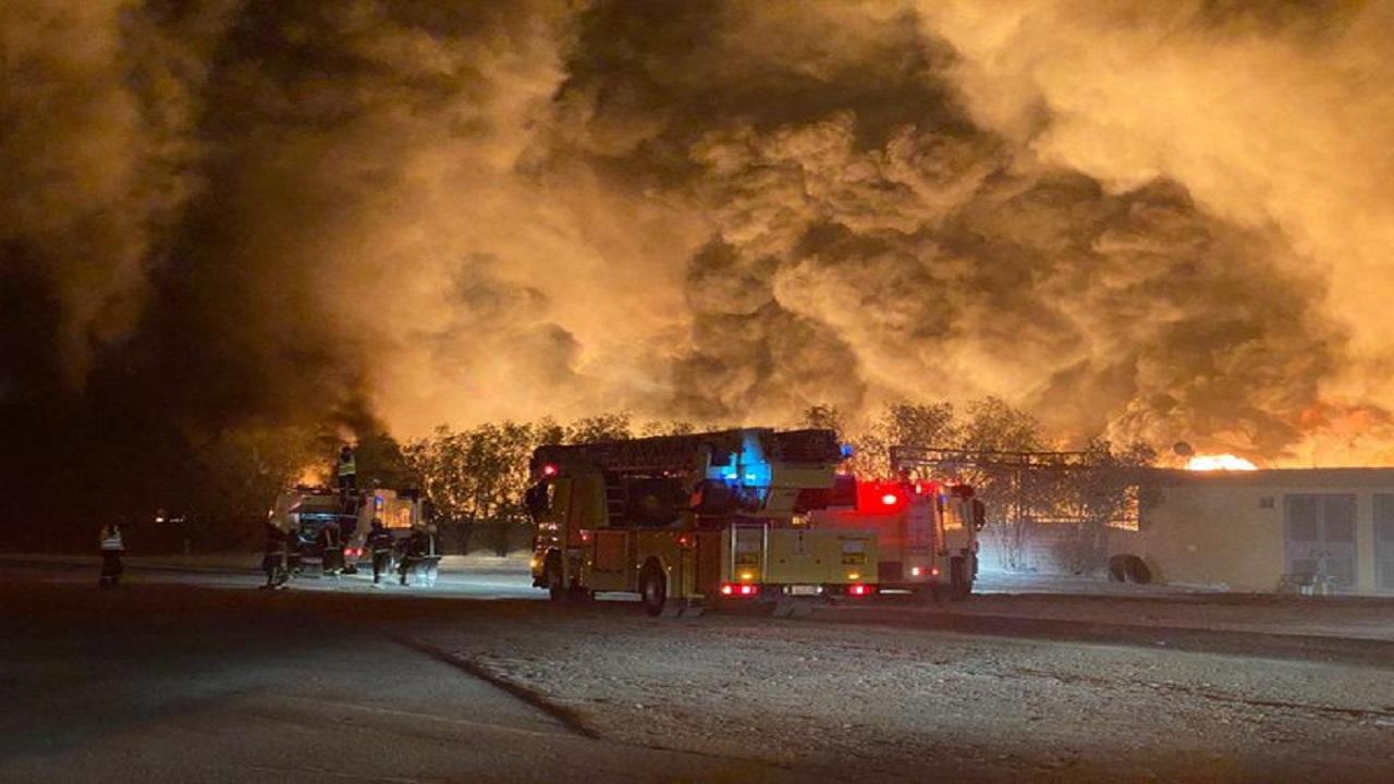 بالفيديو..حريق ضخم بمصنع كبريت بالرياض