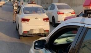 بلاغ يقود المرور لضبط قائد مركبة قطع الطريق بالخبر