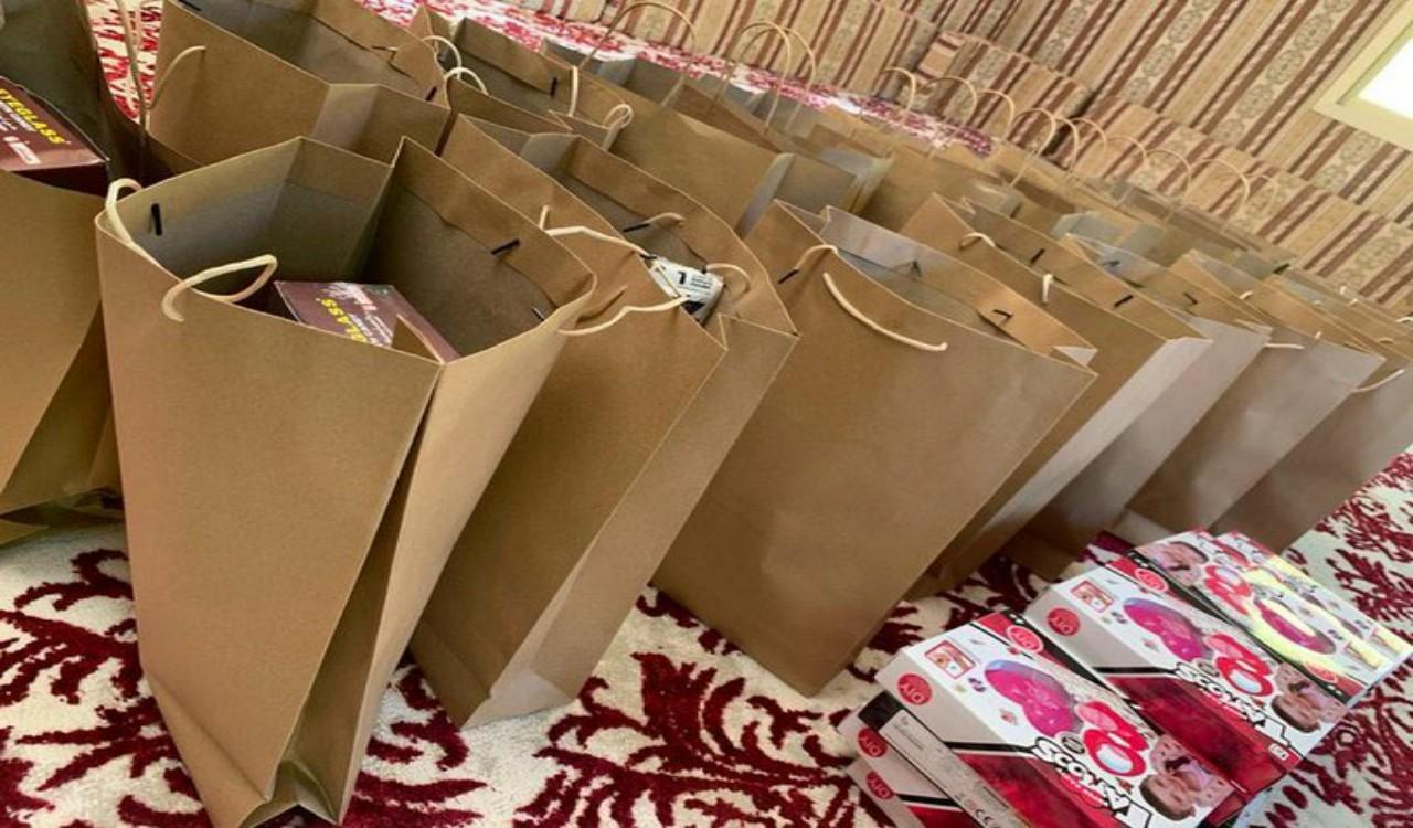 معلمة بالقصيم توصل هدايا لطالباتها إلى منازلهن لتشجيعهن على التعلم عن بُعد