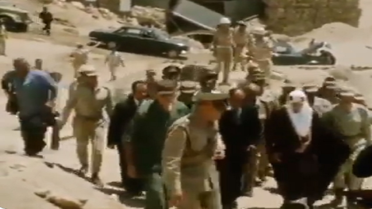 فيديو نادر لزيارة الملك فيصل والرئيس السادات لخط بارليف