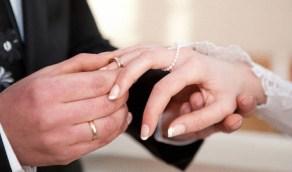 بالفيديو.. موقف محرج لعروس أثناء التقاط الصور التذكارية يوم الزفاف