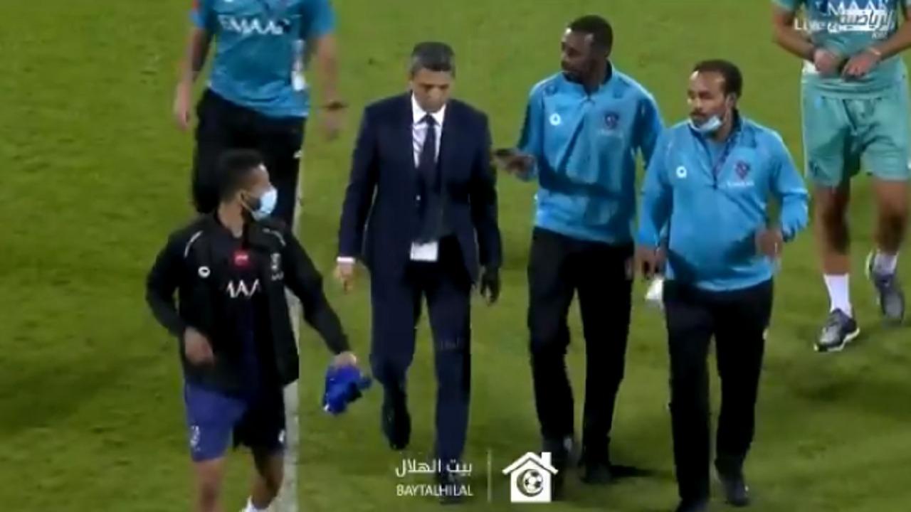 بالفيديو.. لحظة غضب رازفان من الحكم وإشهار بطاقة صفراء ضده