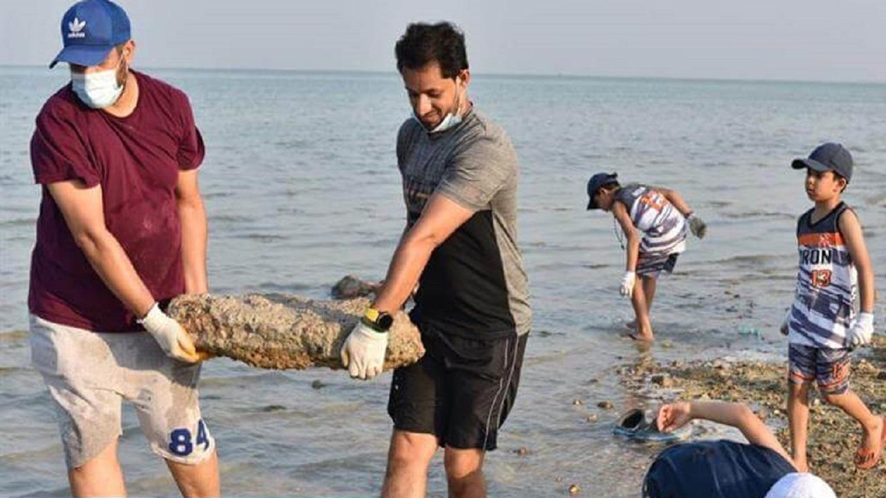 بالفيديو والصور.. انطلاق حملة تنظيف شاطئ الرملة ببلدية تارووت بالتعاون مع 300 متطوع