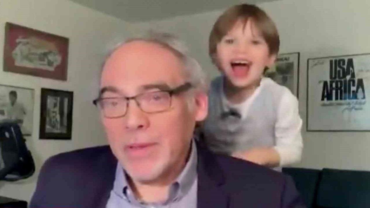 فيديو طريف لطفل يقاطع جده في مداخلة تليفزيونية على الهواء