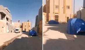 بالفيديو.. مواطن يطبق الحديث النبوي مع جيرانه حرفيا في حائل