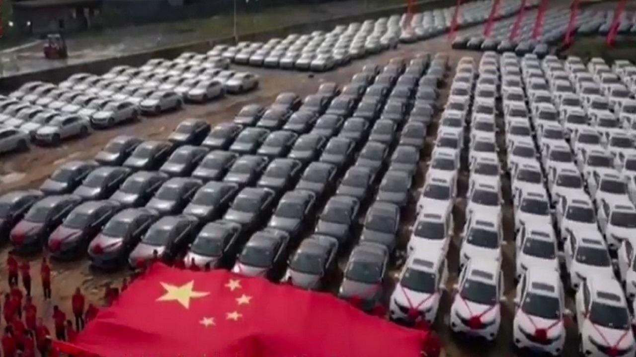 شاهد.. سيارات فاخرة هدية من شركة صينية لموظفيها