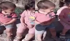 بالفيديو.. أم عراقية أخرى تلقي طفليها في الشارع