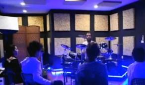 بالفيديو.. شبان ينشئون مركزاً لتعليم الموسيقى للجنسين