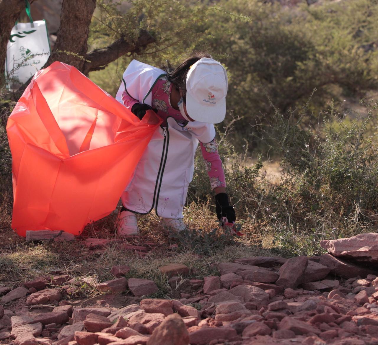 """صورة رائعة لأصغر متطوعة في حملة """"لتبقى نظيفة"""" بعسير"""