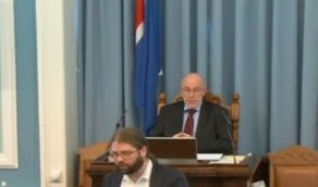 بالفيديو.. لحظة هروب أعضاء برلمان من الجلسة بعد شعورهم بزلزال قوي