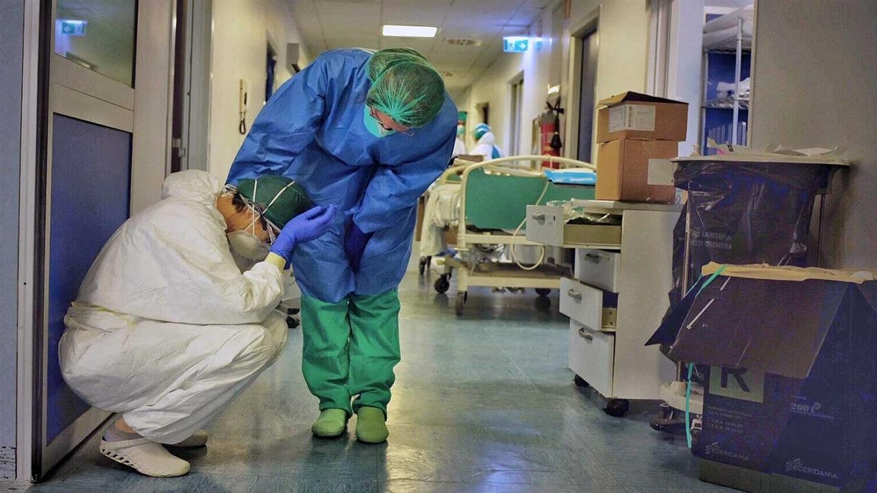 دولة تجبر الأطباء المصابين بكورونا على مواصلة عملهم