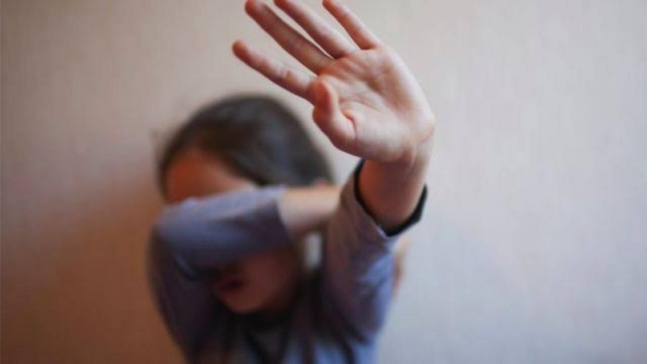 رجل يغتصب 160 طفلة بينهن ابنته