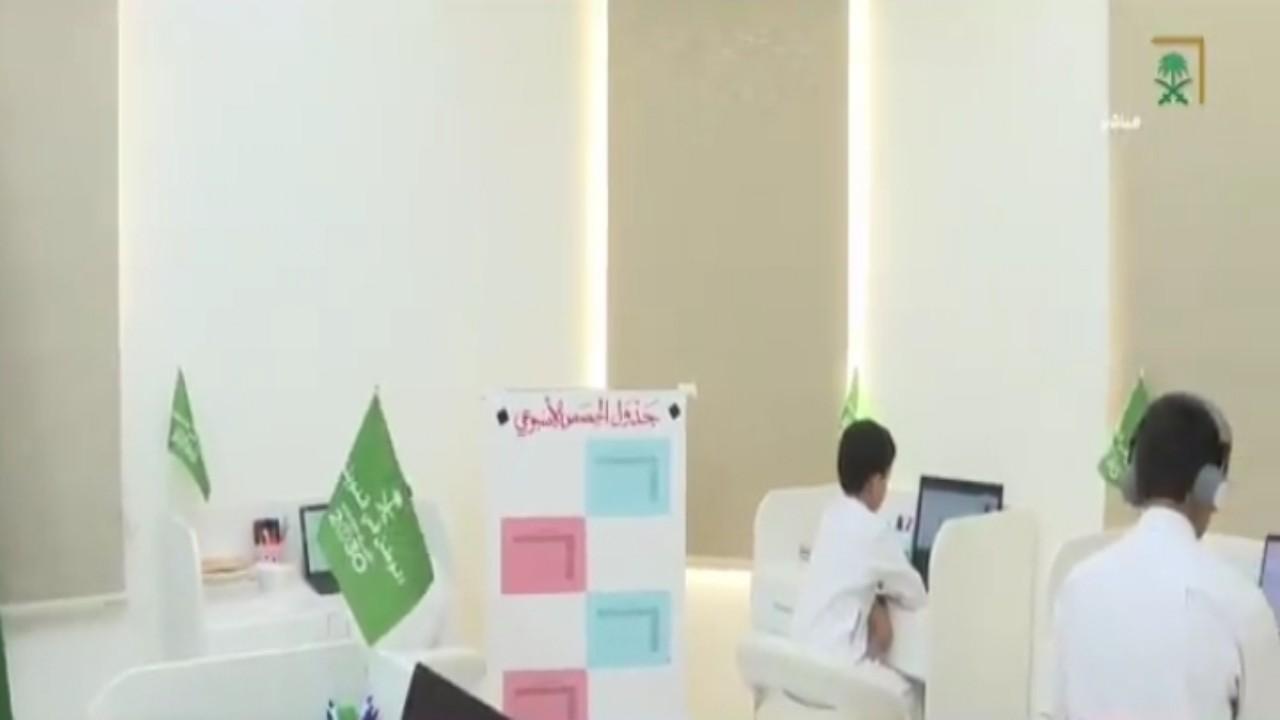 بالفيديو.. مواطن بالقصيم يحول منزله إلى مدرسة لتعليم أبنائه
