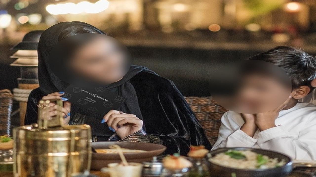 دخول طفل في نوبة بكاء بسبب عامل بمطعم شهير بمكة