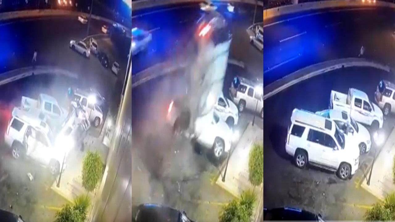 فيديو مروع للحظة اصطدام سيارة مسرعة بسيارات متوقفة بأبها