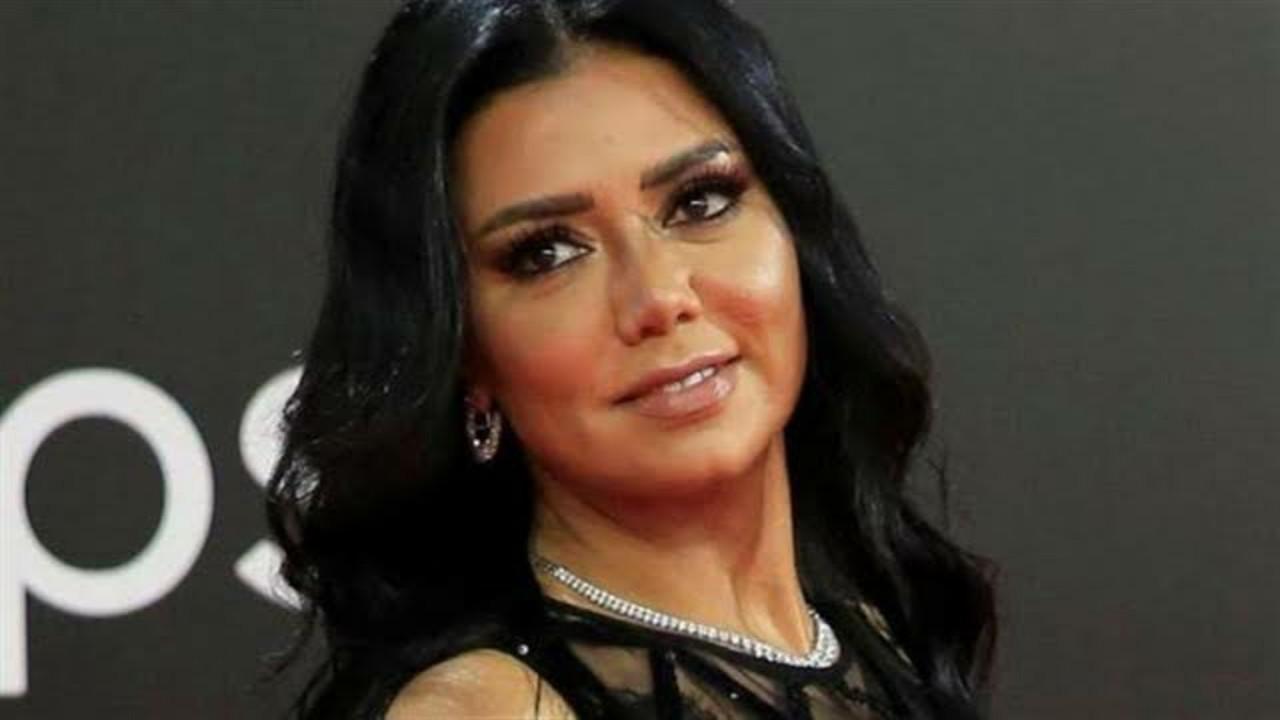 """رانيا يوسف ترد على منتقدي ملابسها الفاضحة: """"أنا مجنونة وليس على المجنون حرج"""""""