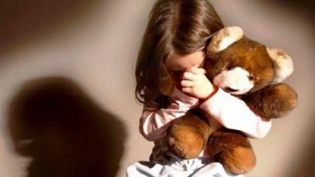 عامل يستدرج طفلة بالحلوى ويحاول اغتصابها