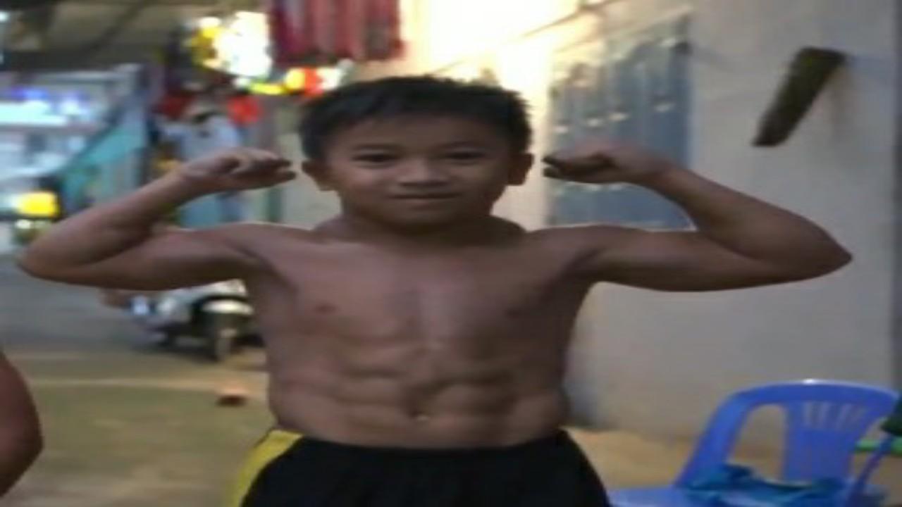 بالفيديو.. طفل مُصاب بمرض نادر يجعله مفتول العضلات