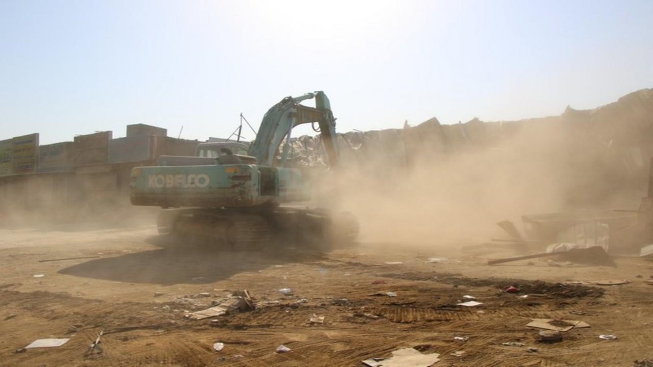 بالفيديو والصور.. بدء هدم وإزالة محال تجارية وورش عشوائية في جدة