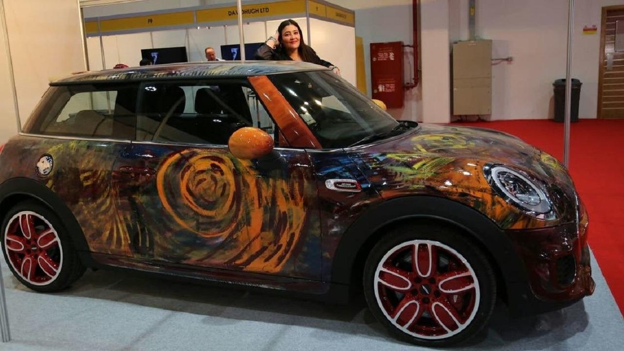 فنانة سعودية تحول السيارات المتهالكة للوحات فنية وتعرض أعمالها بمتحف اللوفر