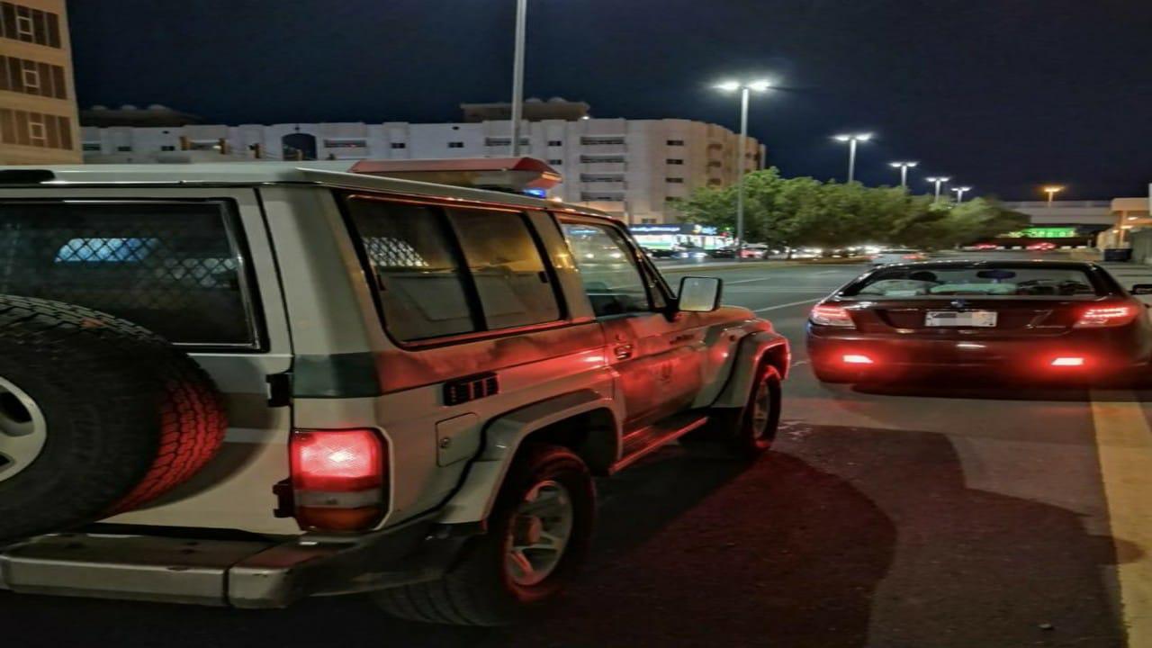 ضبط قائد مركبة تعرض لمواطنة أثناء سيرها بمركبتها على طريق سريع