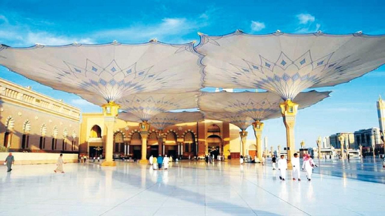 هل الصلاة تحت مظلات المسجد النبوي تعتبر كالصلاة داخله؟.. لجنة الفتاوي توضح
