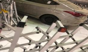 شاهد.. سيارة تقتحم ساحة الحرم المكي وتصطدم في إحدى البوابات