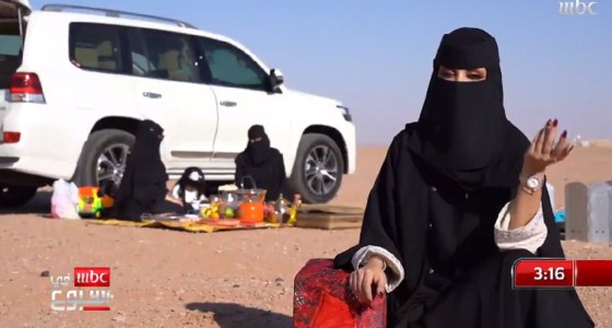 """بالفيديو..مواطنة تجوب القفار بسيارتها: """" أنا طير بر والدروب موسعة في ظل حاكمنا """""""