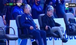بالفيديو.. مارادونا يظهر بقناع غريب الشكل في إحدى المباريات