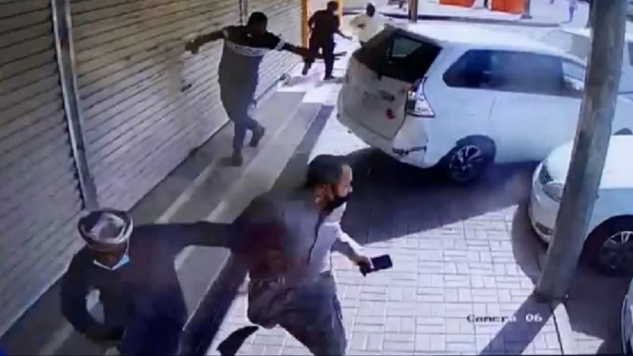 شاهد.. سيدة تدخل في محل أثناء رجوعها للخلف بسيارتها في الخرمة