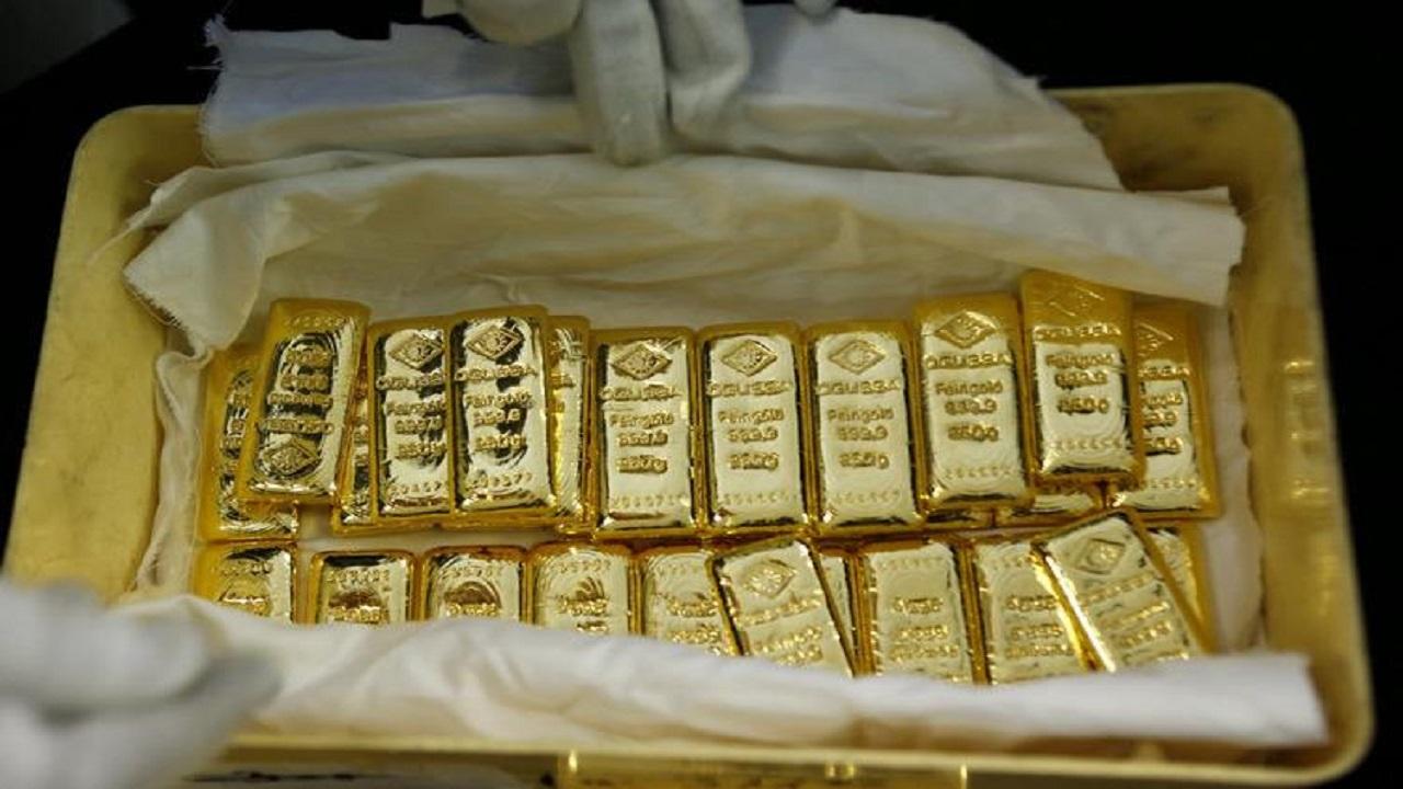 أسعار الذهب تنخفض وضعف الدولار يحد من الخسائر