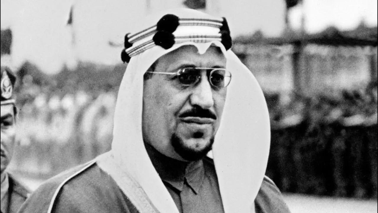 بالفيديو.. صوت جهوري للملك سعود أثناء إمامة المسلمين بالمسجد الحرام