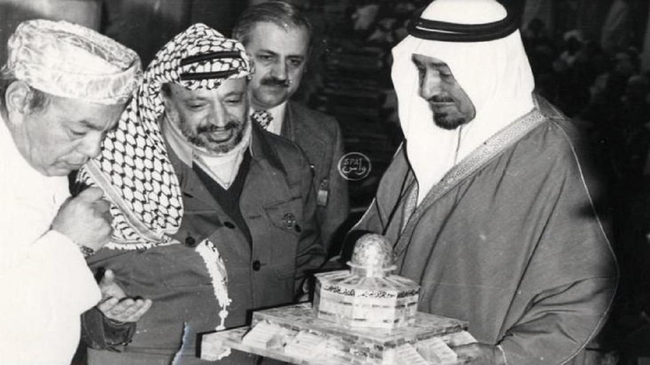 صورة تاريخية تظهر الملك خالد برفقة قادة الدول في مؤتمر القمة الإسلامي بالطائف